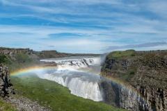 Gullfoss mit typischem Regenbogen